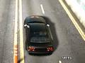 Czerwony kierowca biorący udział w szalonym wyścigu przez miasto